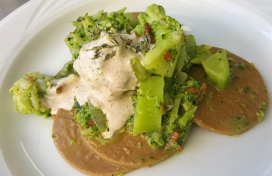 Corzetti di castagne e broccoli con salsa di nocciole