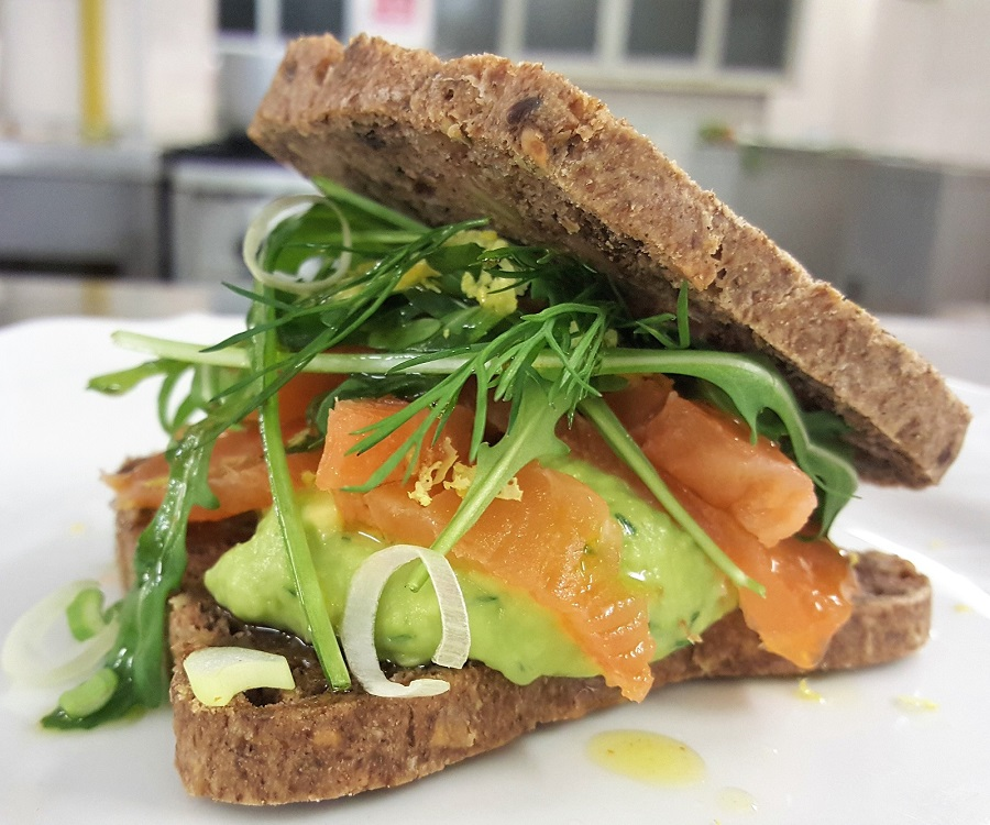 Croque-monsieur con salmone non affumicato e guacamole
