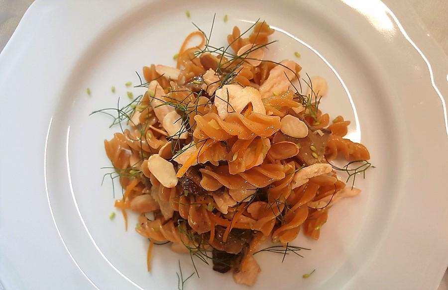 Fusilli di lenticchie rosse alla trota salmonata e funghi