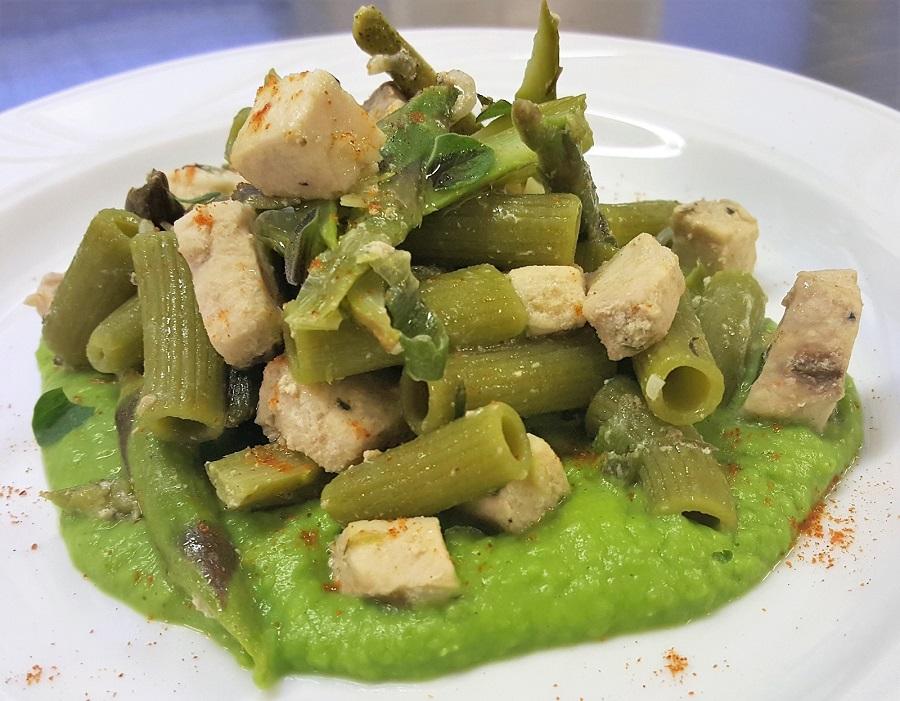 Sedanini di piselli con pesce spada e asparagi