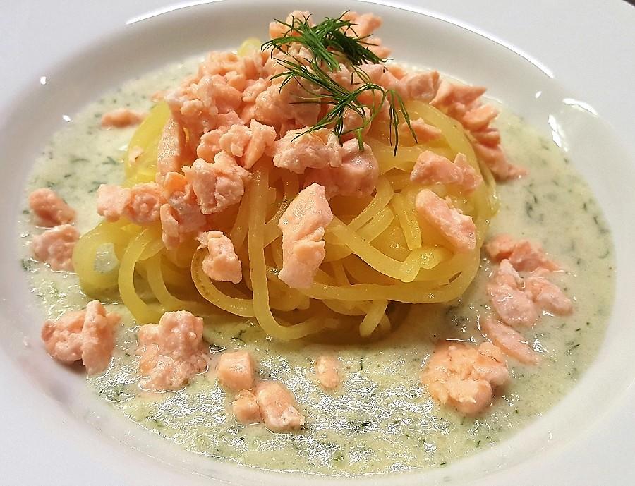 Spaghetti di patate al salmone