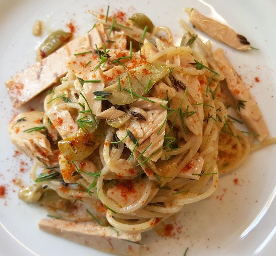 Spaghetti di riso al tonno e olive
