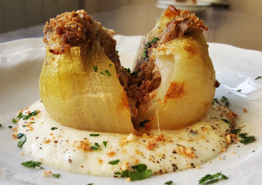 Cipolla ripiena in salsa di feta