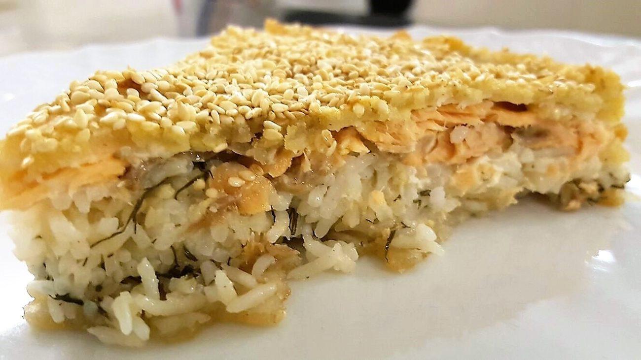 Pirog, torta di riso e salmone