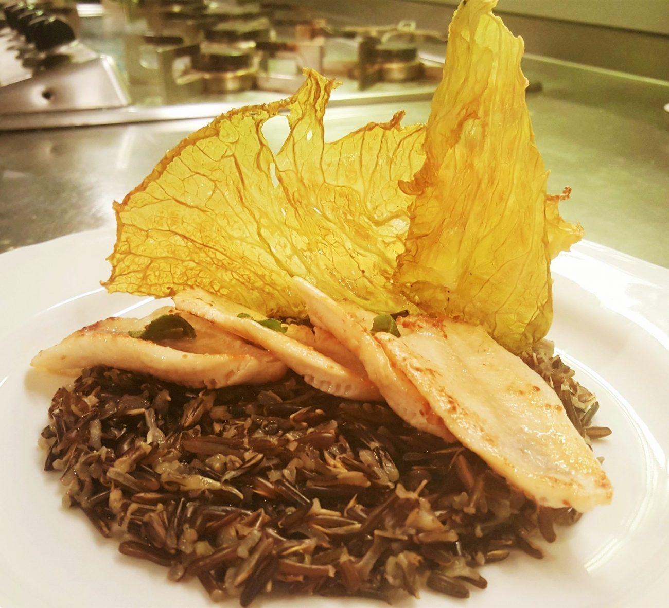 Filetti di pesce persico dorato con verza biscotto e zizania