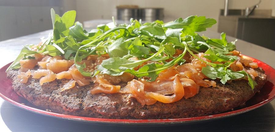 Focaccia di fagioli neri con salmone e rucola