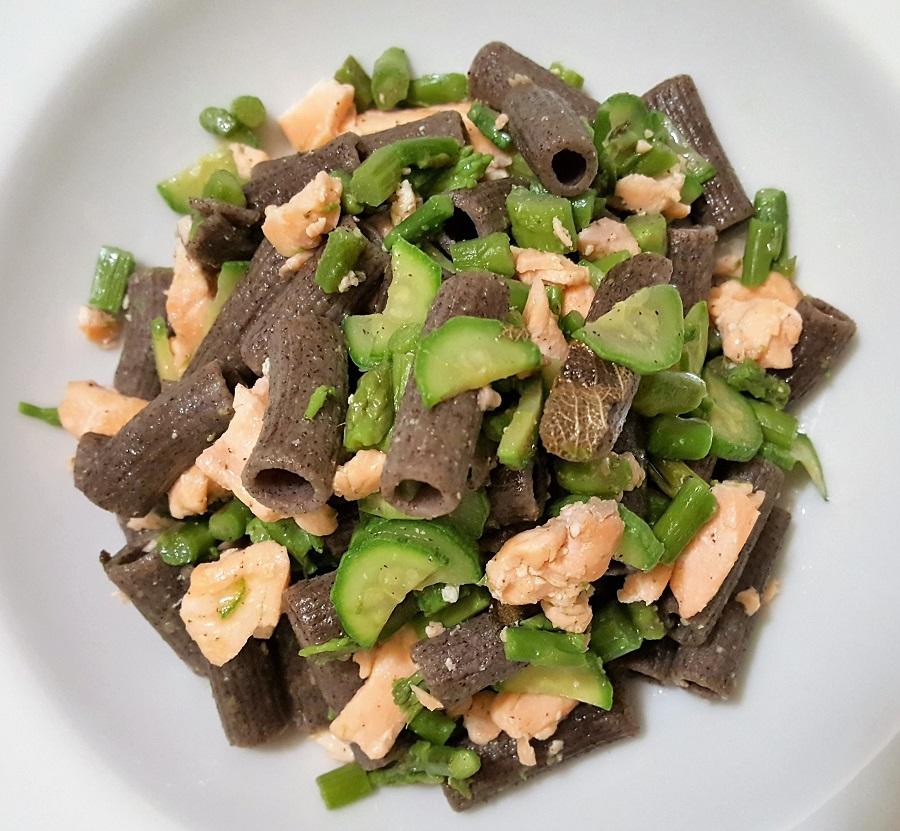Sedanini di pasta di legumi con salmone, asparagi e zucchine