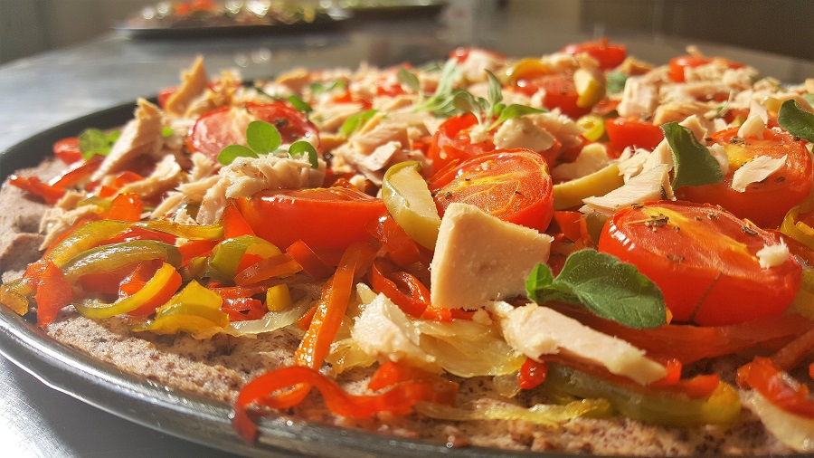 Pizza di legumi con tonno cipolle e peperoni