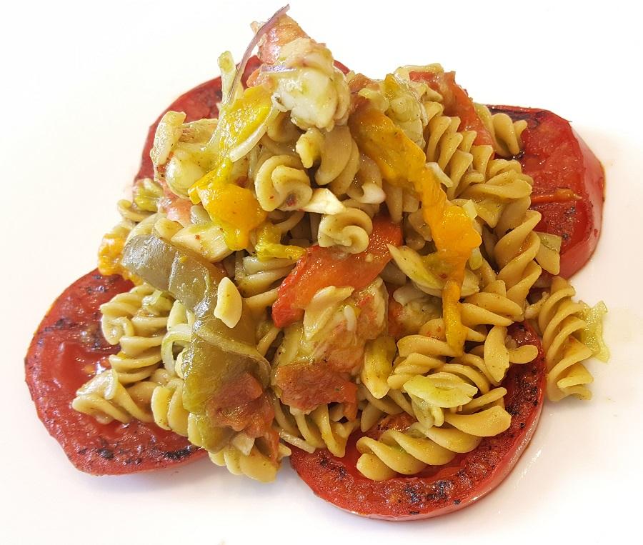 Fusilli di ceci con peperoni, gamberi e pomodori gratin