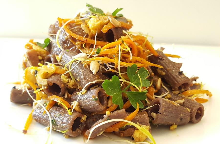 Sedanini di legumi con tonno marinato e scrumble eggs