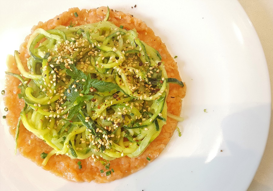 Crudo di zucchine e cetriolo con tartare di salmone