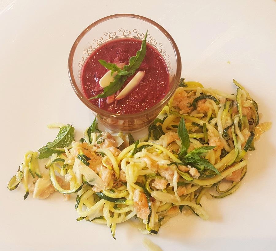 Spaghetti di zucchine con salmone e gazpacho di barbabietola