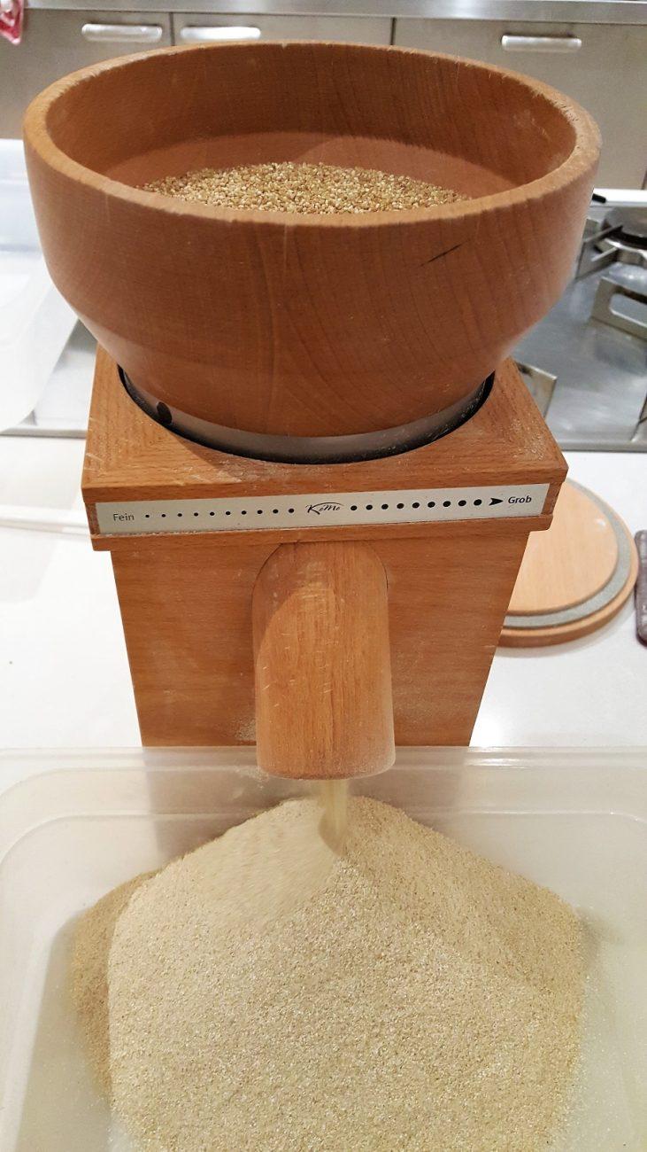 La farina di quinoa fatta in casa: via l'amaro per sempre.