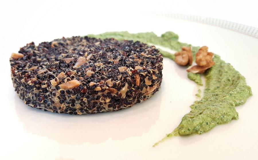 Hamburger di quinoa nera con pesto di prezzemolo e noci