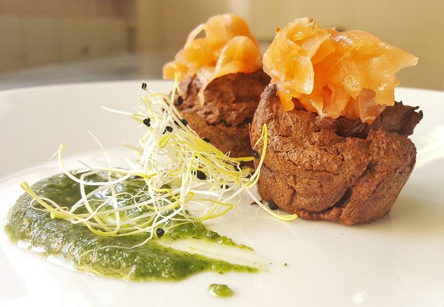 Muffin di quinoa nera con salmone e pesto all'aneto