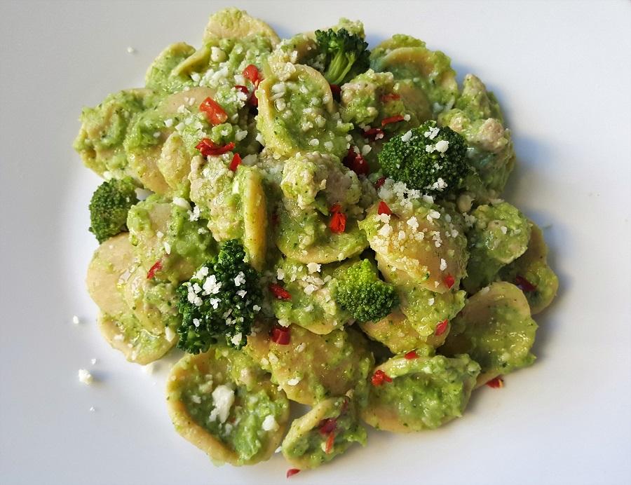 Orecchiette di legumi con broccoli e salsiccia