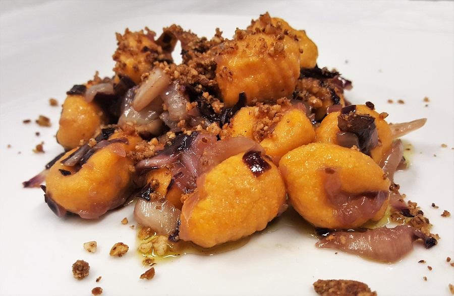 Gnocchi di carote al radicchio e noci