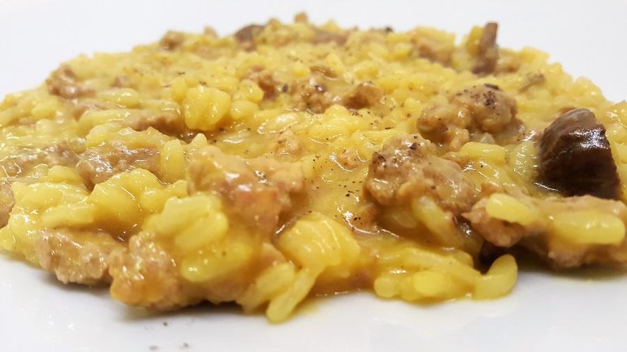Risotto giallo con funghi e salsiccia di tacchino