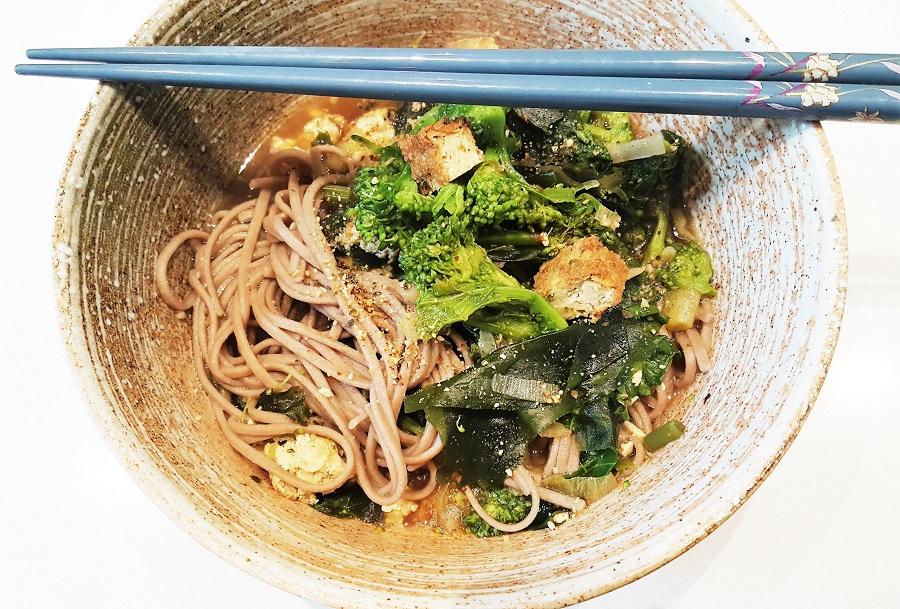 Zuppa giapponese di alghe e tofu