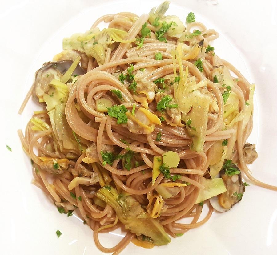 Spaghetti di riso integrale vongole e carciofi