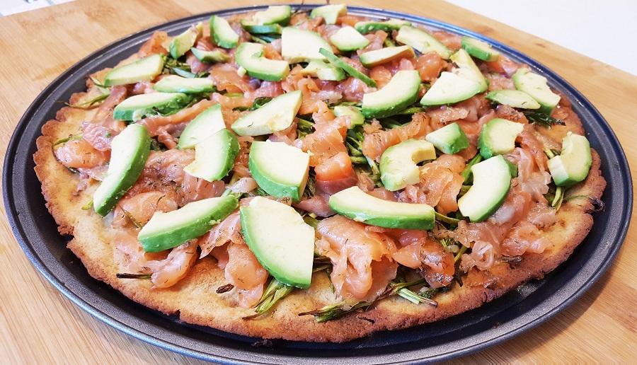Pizza di fave al salmone e asparagi