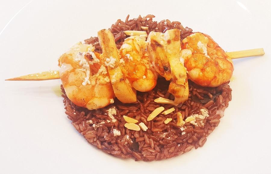 Spiedini di gamberi e pesce spada con riso rosso