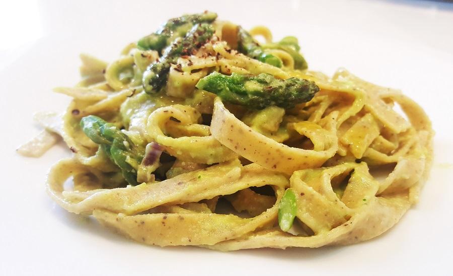 Tagliatelle di fave e canapa agli asparagi e pesto di fave fresche